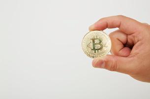 ビットコインを持った手の写真素材 [FYI02524402]