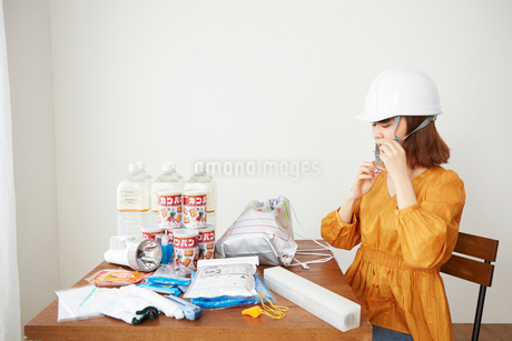 防災グッズを準備している女性の写真素材 [FYI02524435]
