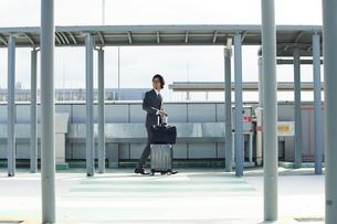 空港にむかうサラリーマンの写真素材 [FYI02524456]