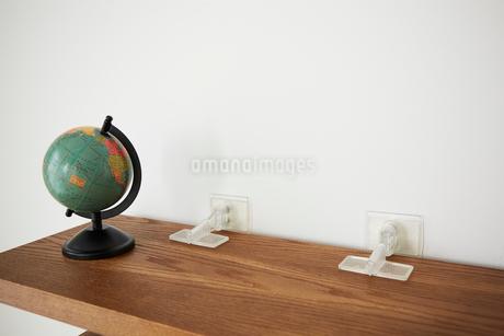 棚に転倒防止グッズをつけている様の写真素材 [FYI02524465]