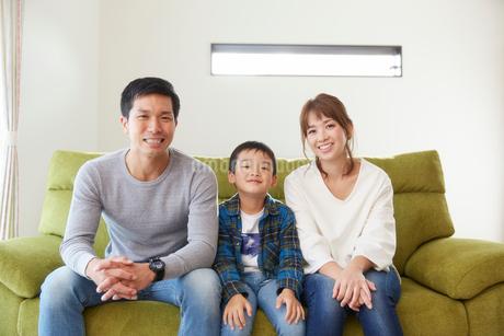 リビングのソファに座る家族の写真素材 [FYI02524491]