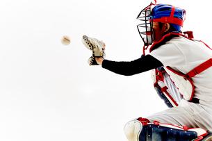 ボールを捕ろうとしているキャッチャーの写真素材 [FYI02524555]