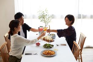 ホームパーティーをする男女グループの写真素材 [FYI02524598]