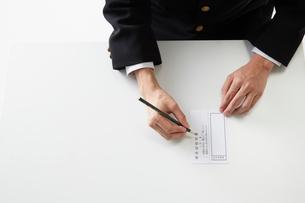 投票用紙に記入する男子学生の手元の写真素材 [FYI02524616]