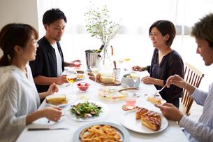 ホームパーティーをする男女グループの写真素材 [FYI02524797]