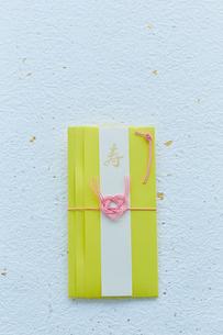 水引の飾りが付いた黄色いご祝儀袋の写真素材 [FYI02524873]