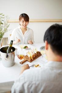 食事をする男女の写真素材 [FYI02524935]