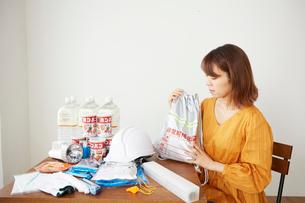 防災グッズを準備している女性の写真素材 [FYI02524950]