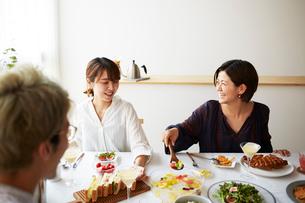 ホームパーティーをする男女グループの写真素材 [FYI02525115]