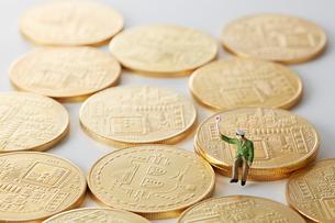 ビットコインの上のミニチュアの運転手の写真素材 [FYI02525124]