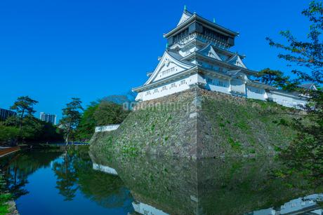 青空に映える小倉城の写真素材 [FYI02525265]
