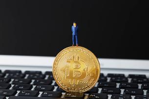 キーボードの上に立つビットコインの上に立つミニチュアの写真素材 [FYI02525400]