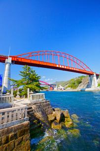 音戸大橋と清盛塚の写真素材 [FYI02525640]
