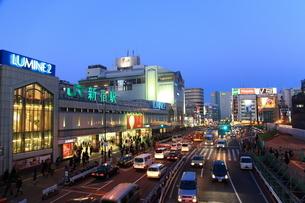 夕暮れの新宿駅と甲州街道の写真素材 [FYI02525674]