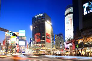 夕暮れの渋谷駅前交差点の写真素材 [FYI02525810]