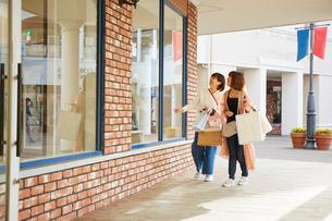 買い物をして歩く二人の女性の写真素材 [FYI02525823]