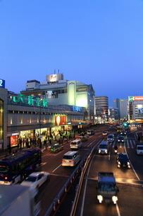 夕暮れの新宿駅と甲州街道の写真素材 [FYI02525839]