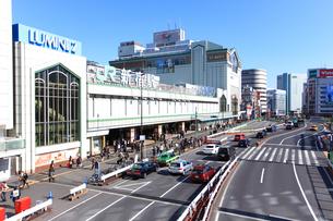 新宿駅と甲州街道の写真素材 [FYI02525847]