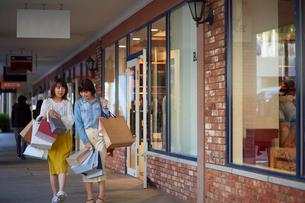 買い物をして歩く二人の女性の写真素材 [FYI02525897]
