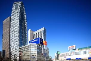 新宿駅西口駅前から見た西新宿のビル群の写真素材 [FYI02525938]