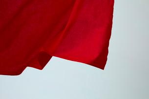 靡いている赤い旗の写真素材 [FYI02526138]