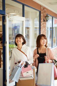 買い物をして歩く二人の女性の写真素材 [FYI02526307]