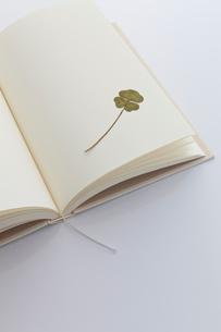 白紙の本と四葉のクローバーのしおりの写真素材 [FYI02526690]