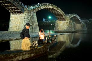 夜の錦帯橋と鵜飼の写真素材 [FYI02526872]