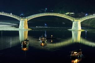夜の錦帯橋と鵜飼の遊覧船の写真素材 [FYI02526928]