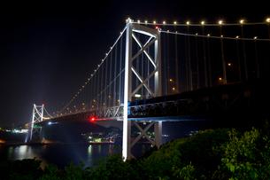 関門橋の夜景の写真素材 [FYI02526941]