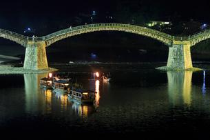 夜の錦帯橋と鵜飼の遊覧船の写真素材 [FYI02526951]
