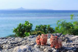シーサーと沖縄の海の写真素材 [FYI02526961]