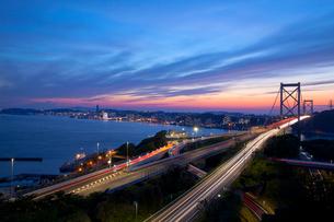 関門橋と夕景の写真素材 [FYI02526995]