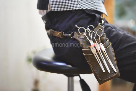 座っている美容師の腰袋のアップの写真素材 [FYI02527180]