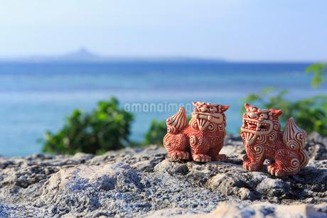 シーサーと沖縄の海の写真素材 [FYI02527223]