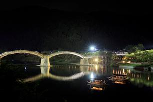 夜の錦帯橋と鵜飼の遊覧船の写真素材 [FYI02527232]