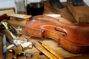 ヴァイオリンの修理工房の写真素材 [FYI02527686]