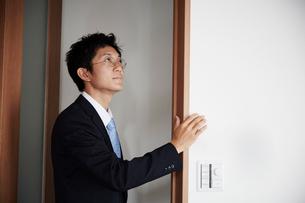 壁に手をかけているスーツを着た男性の写真素材 [FYI02528499]