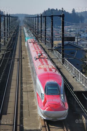 秋田新幹線スーパーこまちと東北新幹線はやての写真素材 [FYI02529035]