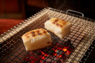七輪で焼かれている2つの角餅の写真素材 [FYI02529437]