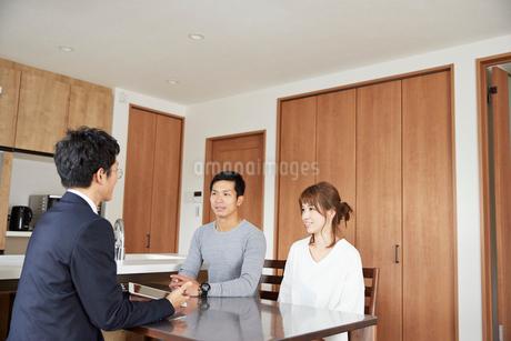 新居の契約をする夫婦の写真素材 [FYI02529710]