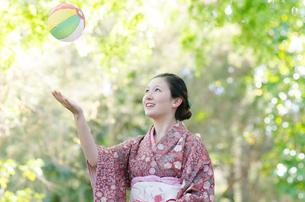 紙風船で遊ぶ着物姿の女性の写真素材 [FYI02529950]