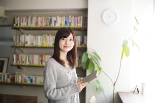 カフェで本を持っている女性の写真素材 [FYI02530610]