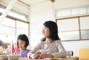 テーブルで遊んでいる子供たちの写真素材 [FYI02530739]