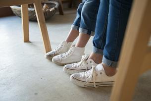 白いスニーカーを履いている親子の足の写真素材 [FYI02530962]