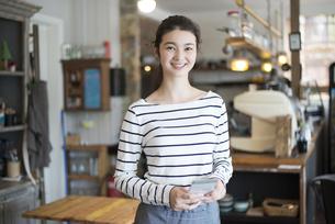 カフェで働いている女性の写真素材 [FYI02531190]