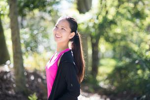 森の中で笑っている女性の写真素材 [FYI02531273]