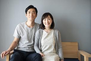 ソファに座っている夫婦の写真素材 [FYI02531378]
