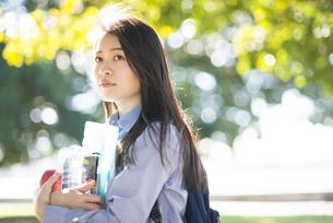勉強道具などを持っている女性の写真素材 [FYI02531542]