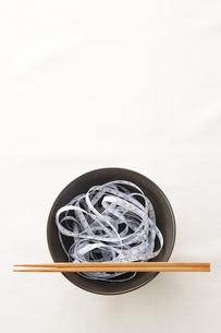 黒い器に入ったメジャーと箸の写真素材 [FYI02531929]